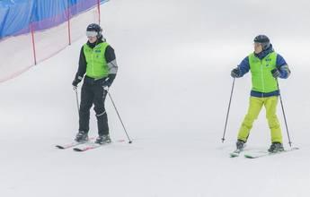 Dubai bate dos records de esquí para personas sin visión