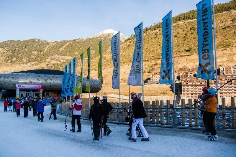 cola de esquiadores en el telecabina de el Tarter