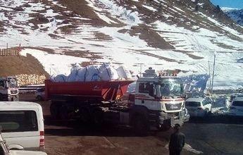 Baqueira transporta nieve en helicóptero y camiones