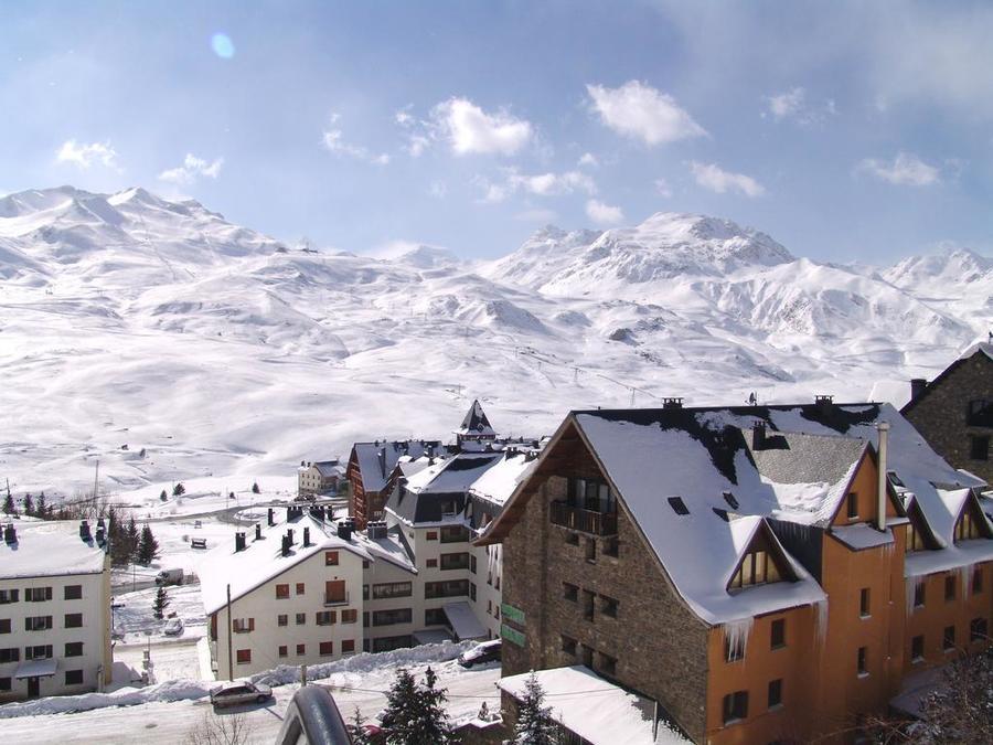 Vista de las pistas de esquí de Formigal desde la urbanización