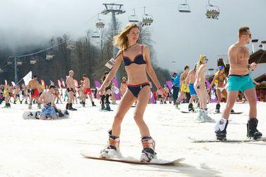 Sochi acaba su temporada de esquí con la tradicional bajada en bañador Boogel Woogel