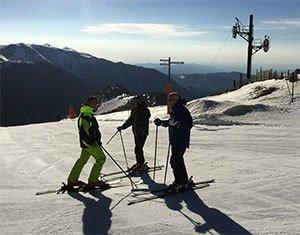 Los 6 alicientes de visitar en verano una estación de esquí con vistas al mar