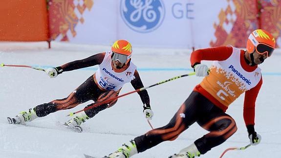 Fotografía deEl esquiador español, Jon Santacana y Miguel Galindo durante una competición de esquí alpino. Fotografia de archivo