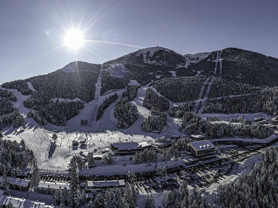Imagen aérea de Masella en temporada de esquí con nieve