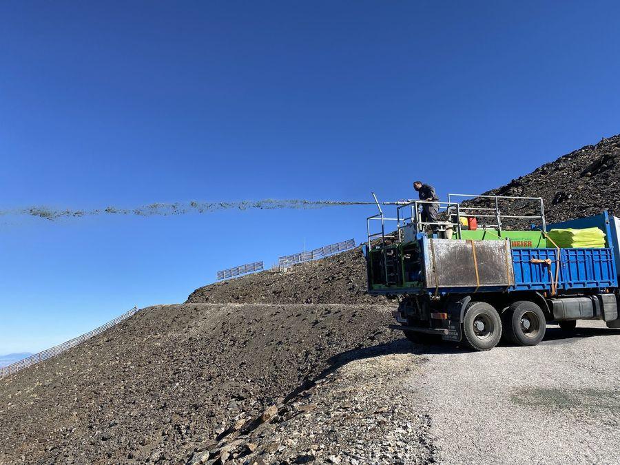 Imagen de un camion realizando trabajos de hidrosiembra en Sierra Nevada