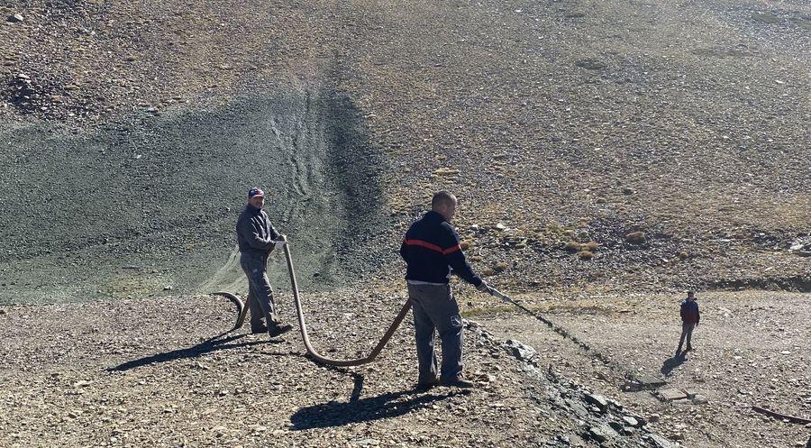 Trabajos de colocacion de semillas en Sierra Nevada para hidrosiembra