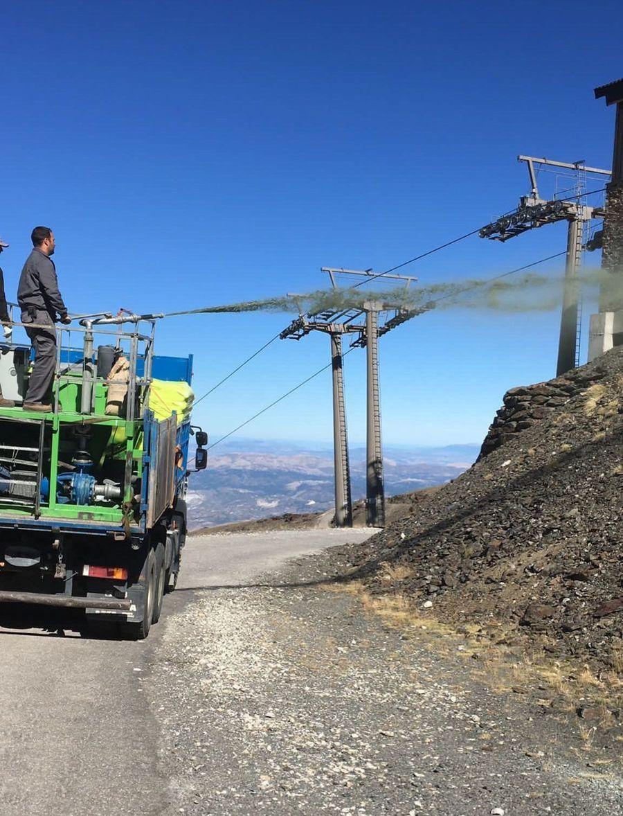 Imagen de camion de apoyo a los trabajos de hidrosiembra en la estacion de esqui de Sierra Nevada