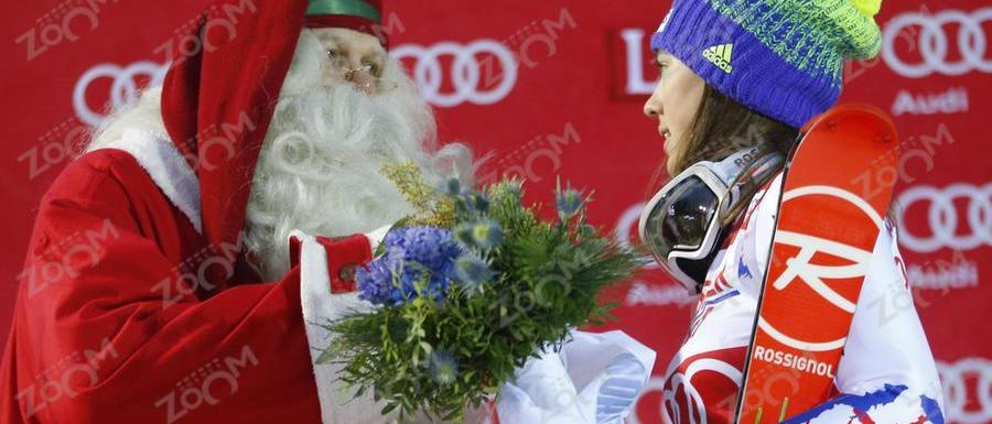 Petra Vhlova se lleva el slálom de Levi y... un reno!