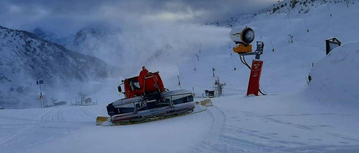 Candanchú trabaja para intentar abrir su temporada de esquí el día 26