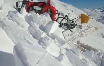 Una máquina de la estación de esquí de San Isidro enterrada por un alud