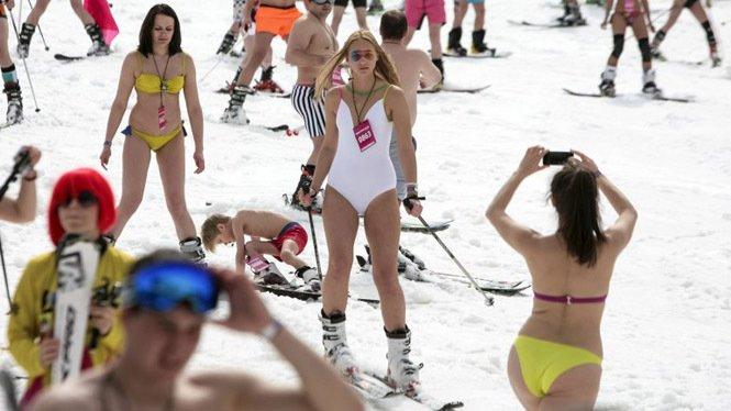Baten el record del mundo de esquiadores en traje de baño
