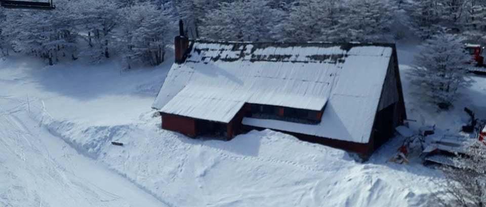 El centro de esquí en el patio de casa