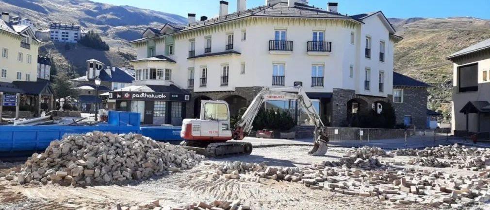 Fase final de la 'nueva' Plaza Andalucia de la estación de esquí de Sierra Nevada