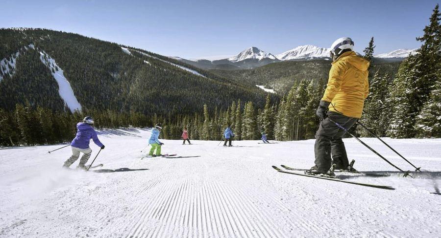 esquiadores en laderas