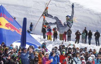 Se tira encima del público con esquís y todo
