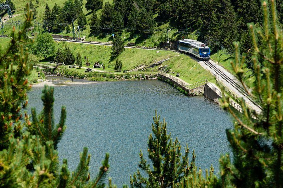 Tren cremallera de Nuria pasando junto al lago