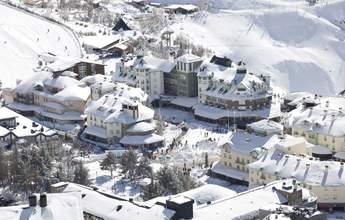 Dos escenarios en la estación de esquí de Sierra Nevada ante la pandemia de COVID