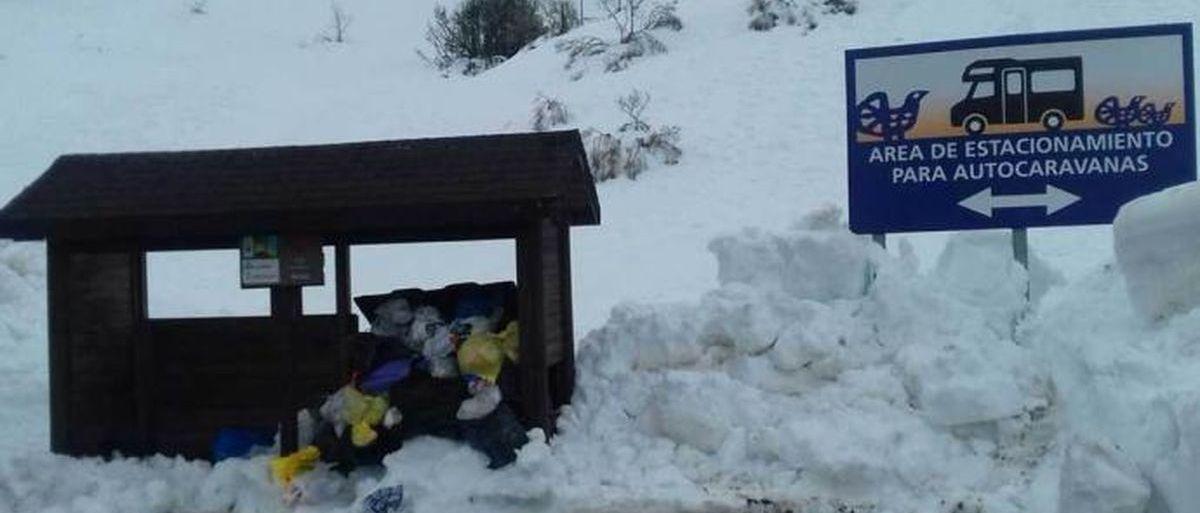 En Valgrande Pajares hay toneladas de nieve y... de basura