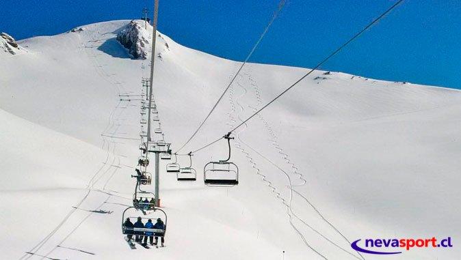 Paquetón de nieve cae en Valle Nevado