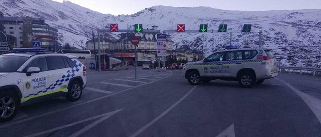 La policía controla en Sierra Nevada que los visitantes tienen su forfait de esquí