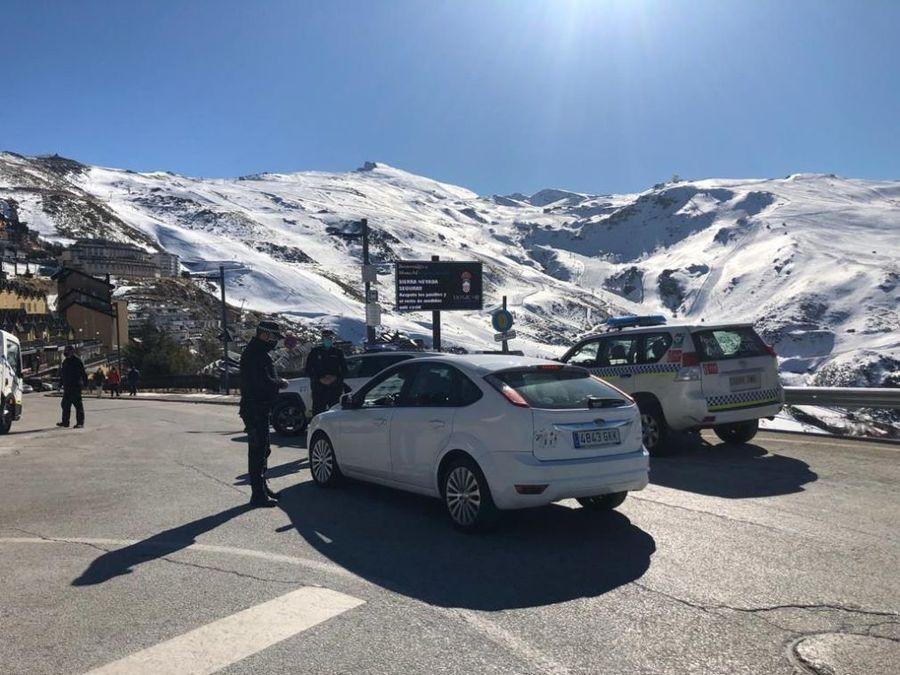 Policia Local de Monachil a la entrada de Sierra Nevada