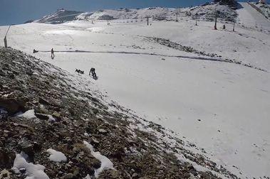 Pillan a dos esquiadores en Sierra Nevada que se turnaban para remontar con el coche