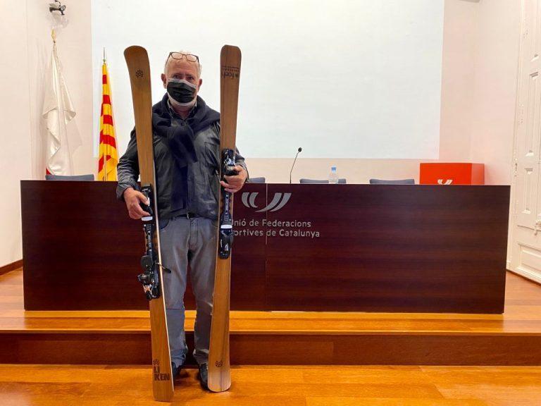 Oscar Cruz con sus esquis de madera