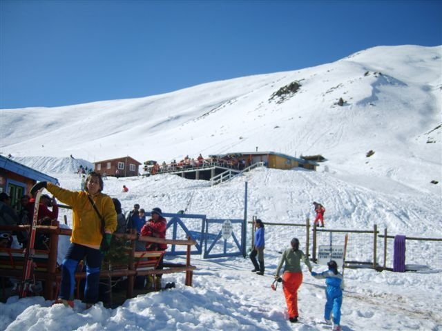 En la escuela de ski, al fondo cafetería La Francisca