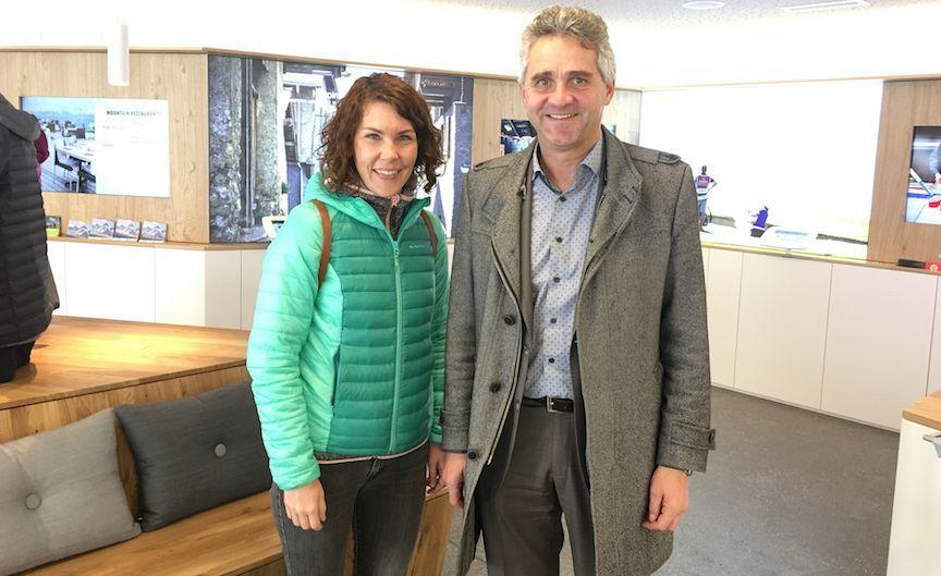 Jenny Tabet, responsable de comunicación y Bruno Huggler, director general de Crans-Montana Turismo y Congresos