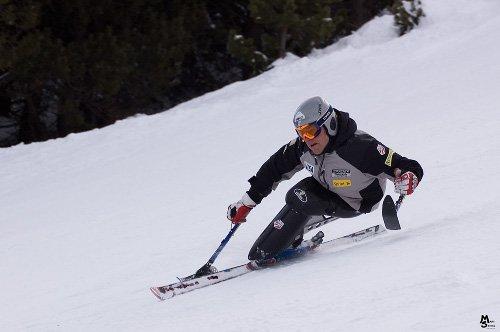 Fotografía de esquiador en monoesquí