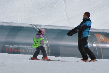 Acción de la escuela de esquí de Panticosa en favor de ASPONOA