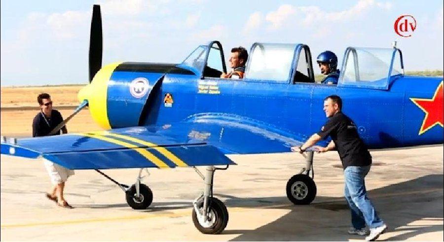 Fotografía de Jon en la avioneta siendo empujada parra colocar en pista de despegue