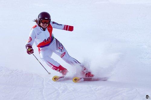 Fotografía de esquiador amputado del brazo izquierdo
