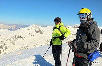 Foreros esquiando en Astún