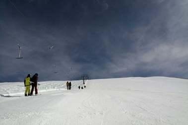 Los esquiadores vuelven a Sierra Nevada tras el desconfinamiento de Monachil
