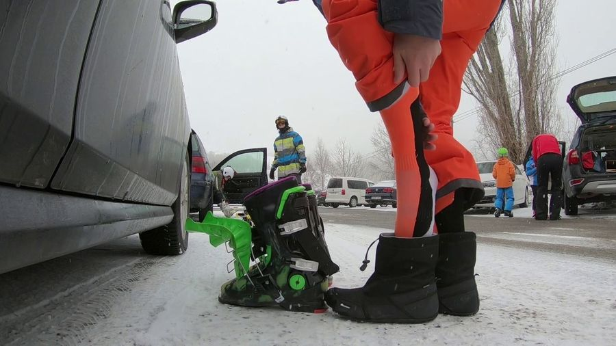 Calzandome las botas de esquí