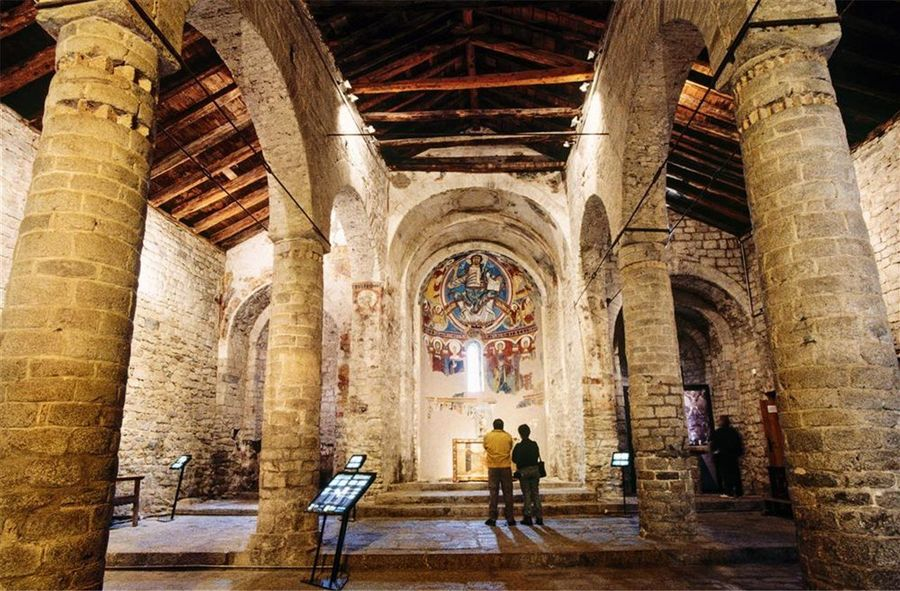 Interior iglesia del románic de la Vall de boí
