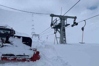 Fonna acumula 16 metros de nieve y vuelve a tener que cavar para desenterrar sus remontes