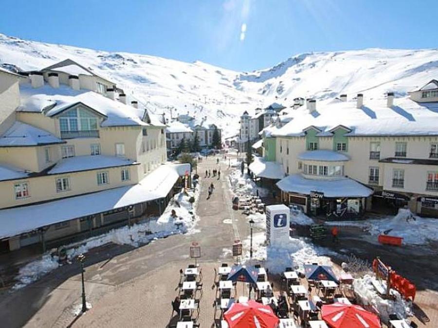 Plaza Andalucia de Pradollano en la estación de esquí de Sierra Nevada