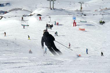 Éxito de esquiadores en Sierra Nevada en su primer fin de semana de temporada