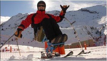 Fotografía de una persona discapacitada en un dual esquí