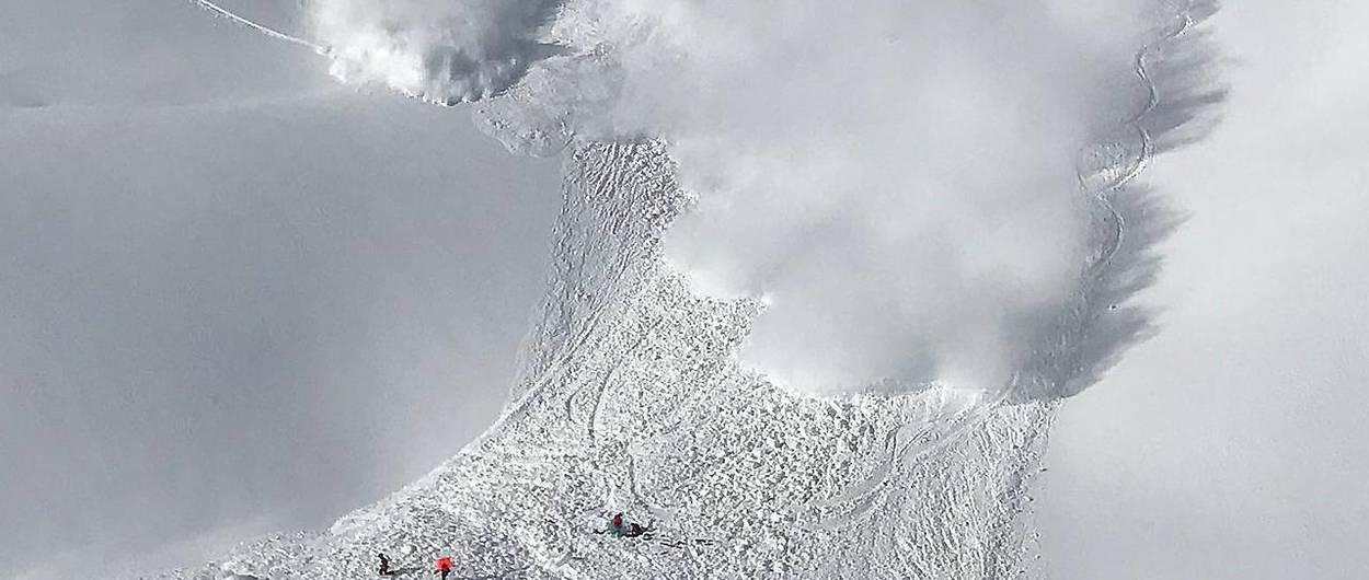 Acaban atrapados por un alud mientras desenterraban a una esquiadora