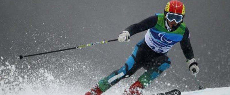 Fotografía deEl esquiador español, Jon Santacana, durante una competición de esquí alpino. Fuente: Getty