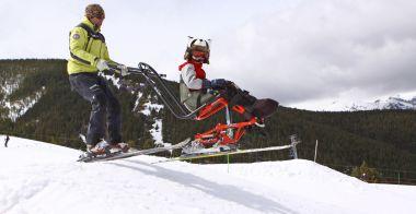 Fotografía de Un alumno con su monitor en la nieve el alumno va en dual esquí