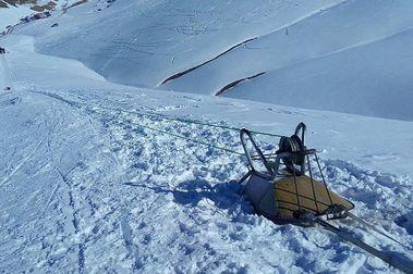 Una moto y una carretilla: Con este remonte se esquía en Afganistán!