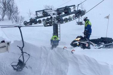 Riksgränsen desentierra sus remontes para poder abrir su temporada de esquí