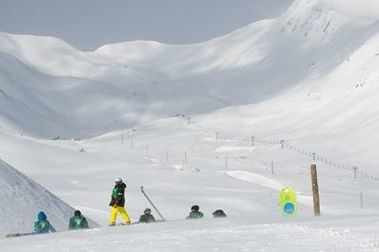 Aramón mueve 12.000 m3 de nieve para Eguibar y Hernández