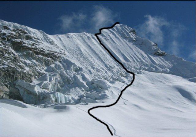 Fotografía del monte en la zona de hielo y nieve con un marcado de la ruta