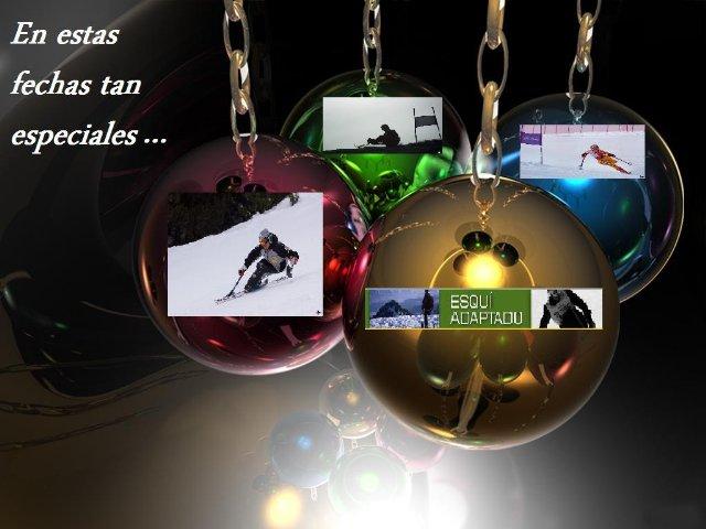 Fotografía de unas bolas de árbol de navidad con el escrito en estas fechas tan especiales y con fotografías de esquiadores discapacitados además del logotipo del blog esquí adaptado