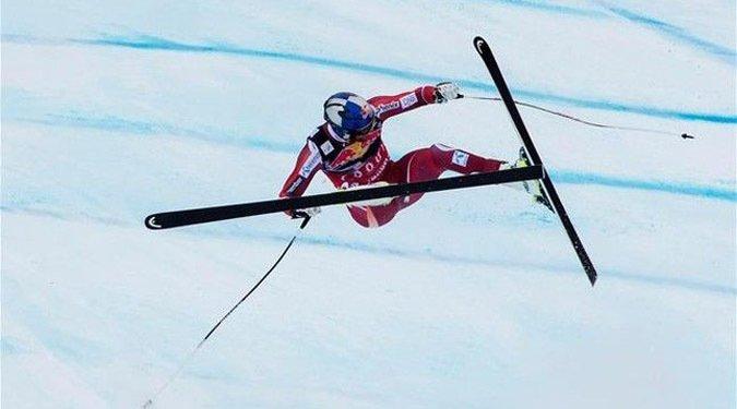 Svindal sufre caída en Descenso de Kitzbuehel y dice adiós a la temporada